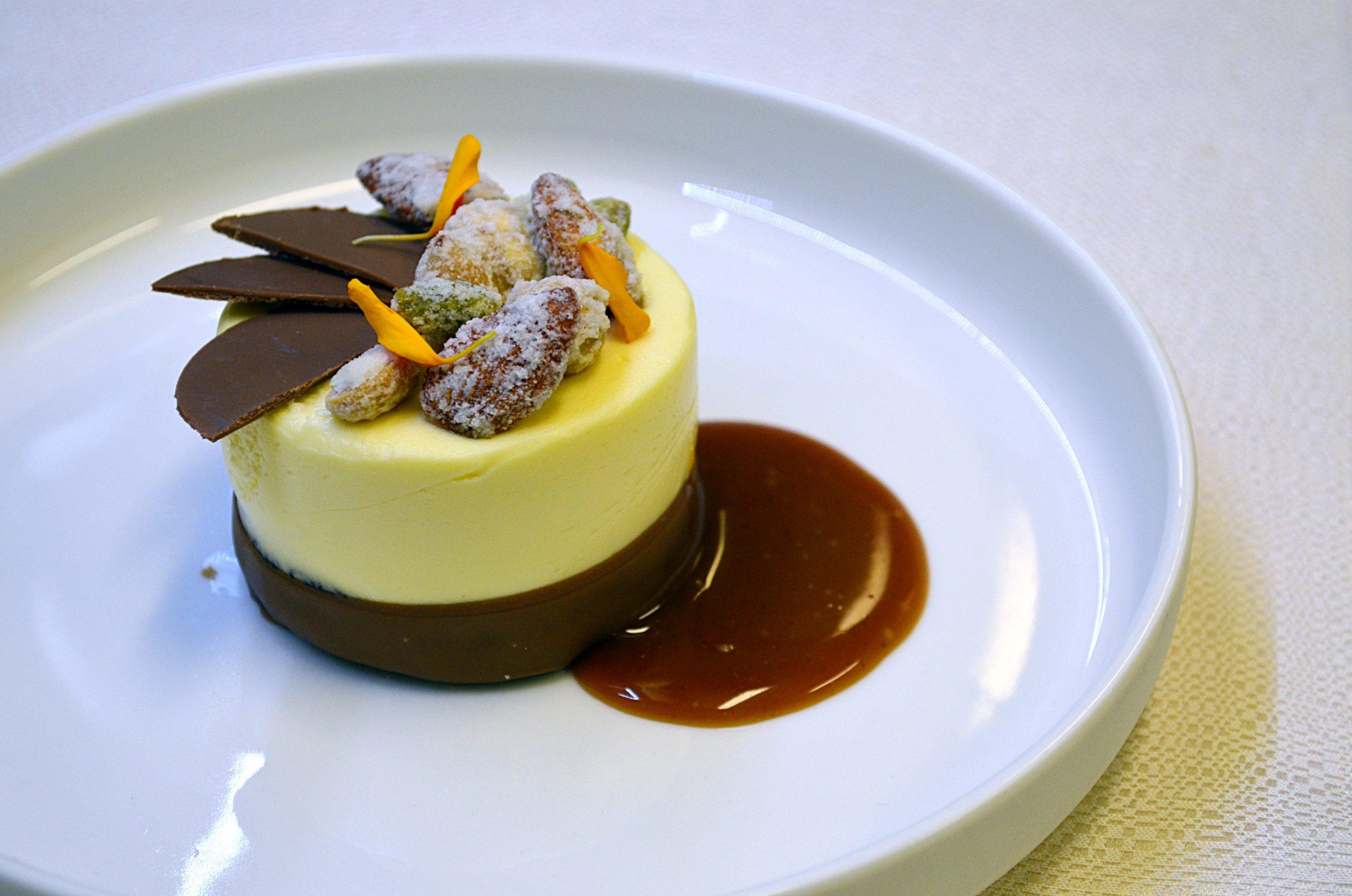 Brownie Al Cioccolato Con Cremoso Al Mascarpone E Frutta Secca Sabbiata